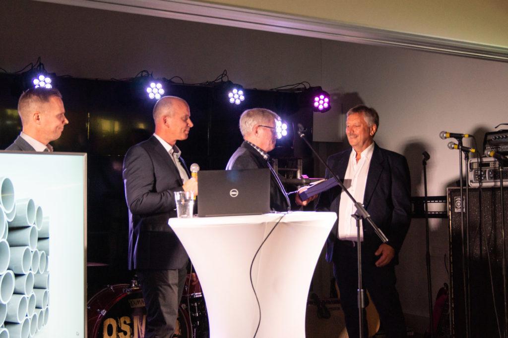 Juhlassa palkittiin yrityksen vanhin työntekijä Kari Hokkanen
